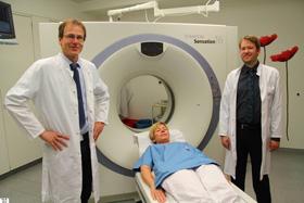 Chefarzt für Radiologie und Neuroradiologie Dr. Peter Schmidt, links und Assistenzarzt für Radiologie und Neuroradiologie Dr. Andreas Reutelsterz