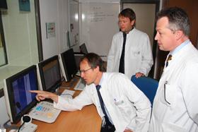 Auf dem Bildschirm findet die Auswertung der Untersuchung statt, von links: Dr. Peter Schmidt, Dr. Andreas Reutelsterz und Dr. Michael Popp